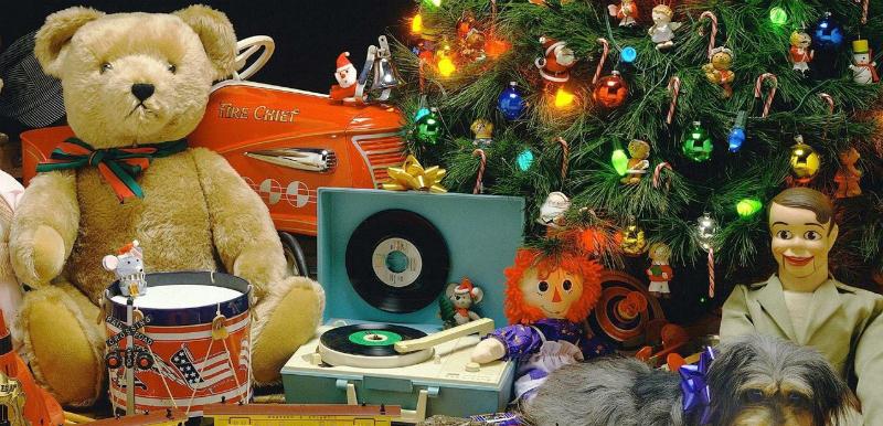 Игрушки под новогодней елкой
